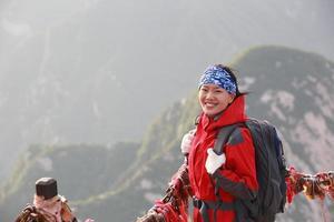 Aziatische vrouw wandelaar bergtop foto