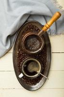 dienblad met vers gemaakte koffie foto