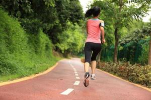 jonge vrouw loopt door een park parcours