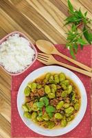 sato gebakken curry van varkensvlees. zuidelijk voedsel van thailand foto