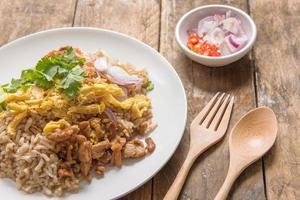 rijst gemengd met garnalenpasta, Thaise stijl foto