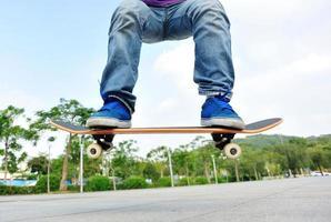 skateboarden springen foto