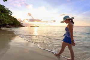 meisje op het strand bij similan eiland, thailand foto