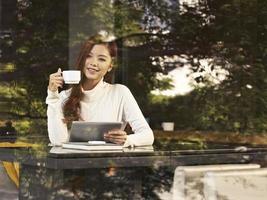 vrouw in café foto