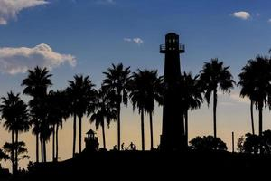 Long Beach Californië met palmbomen langs de kustlijn en de vuurtoren foto