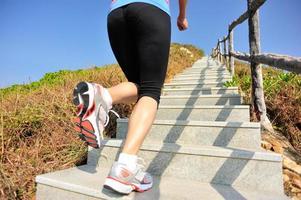 fitness vrouw loopt op bergtrappen foto