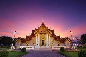 wat benjamaborphit of marmeren tempel bij schemering in bangkok, thailand foto