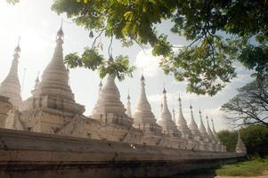 groep stoepa's in de Kuthodaw-tempel, Myanmar. foto