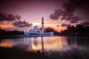 prachtige moskee in glorius zonsondergang foto