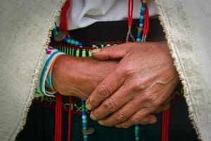 close-up van de handen van een inheemse vrouw, chimborazo, Ecuador foto