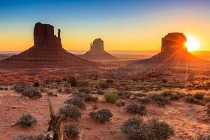 monument valley schemering foto