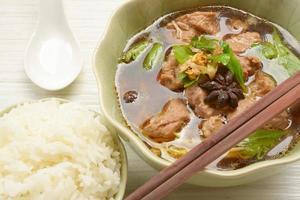 Chinese heldere soep in traditioneel foto