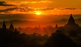 bagan pagodes bij zonsondergang, myanmar foto