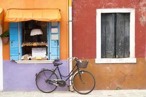 fiets in de buurt van kleurrijke huis op het eiland Burano Street foto