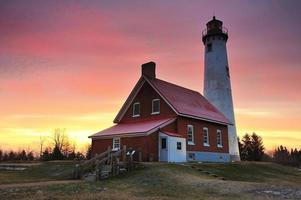 de winterzonsopgang bij de vuurtoren van het tawapunt, Michigan. Verenigde Staten van Amerika foto