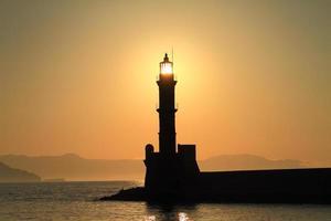 vuurtorensilhouet bij zonsondergang Chania Kreta foto