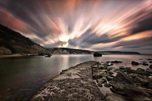 stenen pier bij zonsondergang