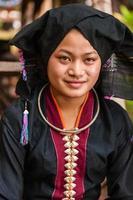 portret van een jonge vrouw uit tai dam hilltribe in laos foto