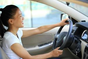 gelukkige vrouw bestuurder haar auto rijden foto