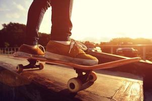 skateboarden benen zonsopgang skatepark foto