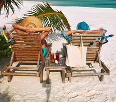 paar in het groen op een strand in de Maldiven foto