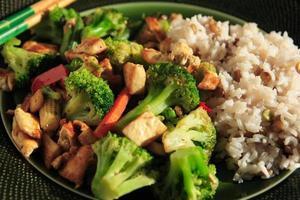 diner bestaande uit een vegetarische roerbak in een kom foto