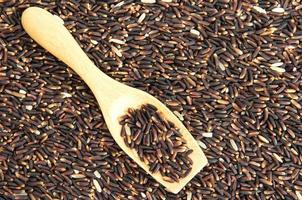 rijst bes met houten lepel