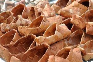 Russische nationale rieten schoenen van berkenschors foto