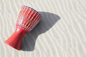 djembe op zand foto