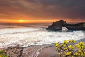 hindoe tempel pura tanah veel en zonsondergang Bali, Indonesië. foto