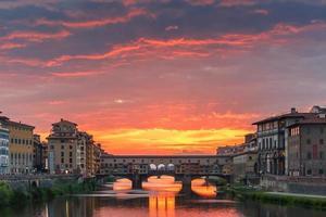 Arno en Ponte Vecchio bij zonsondergang, Florence, Italië