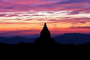 silhouet van oude pagode bij zonsondergang in bagan, myanmar foto