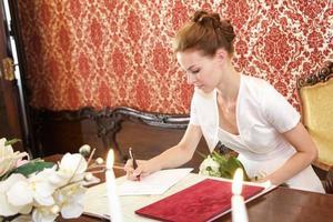 bruid ondertekening van de certificering foto