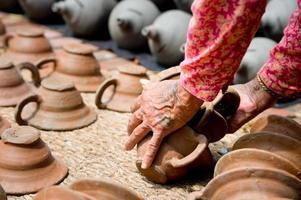 mensen die aardewerk maken op een van de bhaktapur-vierkanten, nepal foto