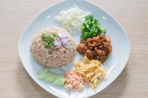 rijst gemengd met garnalenpasta