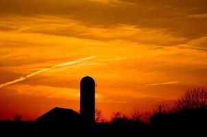zonsondergang op de boerderij foto