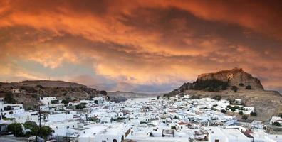 Lindos bij zonsondergang, Rhodos, Griekenland foto