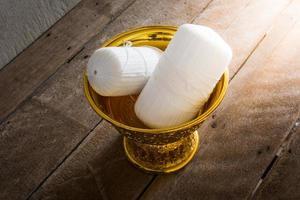 heilige draad in het gouden dienblad van thailand met voetstuk
