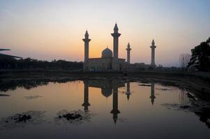 moskee bij zonsopgang foto
