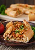 Turkse pide traditionele gerechten met rundvlees en groenten foto