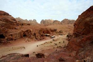 graven uitgehouwen in de rode zandsteen in Petra, Jordanië foto