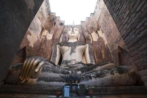 oud Boeddhabeeld. Sukhothai historisch park, Thailand foto