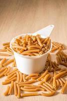 een kopje volkoren macaroni foto