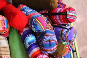lokale Peruaanse producten. cuzco straten. traditionele kunst foto