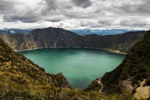 laguna qilotoa op een bewolkte dag. foto
