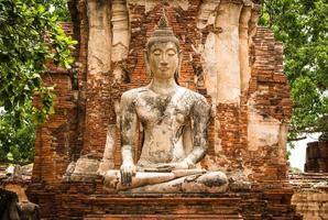 oud Boeddhabeeld en oude tempelarchitectuur foto