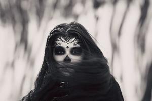 mooie vrouw met halloween suiker schedel make-up