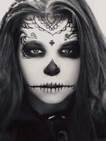 mooie vrouw met halloween suiker schedel make-up foto