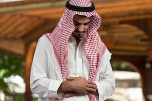 close-up van mannelijke handen bidden in moskee foto