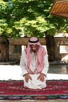 moslim bidden in de moskee foto